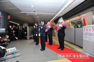 始発列車乗務員花束贈呈_R